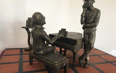 Milo, presentata la miniatura della statua di Lucio Dalla e Franco Battiato